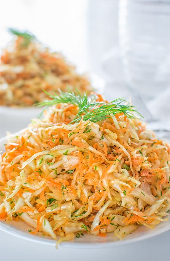 This Skinny Cabbage Salad is the perfect recipe for summer: light, fresh, healthy and soooo easy to make. Oh! And it helps you lose pounds too!
